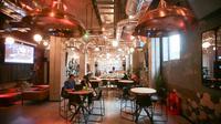 """Une salle de co-working dans l'immeuble """"Old Oak"""" géré en colocation par The Collective à Londres, le 11 octobre 2017 [Daniel LEAL-OLIVAS / AFP]"""