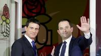 Manuel Valls (g) et Benoît Hamon, le 29 janvier 2017 au siège du PS à Paris [GEOFFROY VAN DER HASSELT / AFP/Archives]