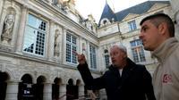 Philippe Villeneuve (g) architecte en chef des Monuments historiques visite l'hôtel de ville de La Rochelle le 18 novembre 2019  totalement restauré après un incendie [MEHDI FEDOUACH / AFP]