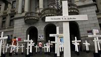 Des croix sont placées, le 8 avril 2013, devant l'université de Sao Paulo en mémoire des victimes du mssacre de Carandiru [Nelson Almeida / AFP/Archives]