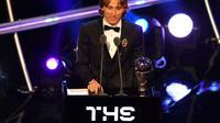 Le meneur de jeu croate du Real Madrid Luka Modric sacré meilleur joueur de l'année aux Trophées Fifa le 24 septembre 2018 [Ben STANSALL / AFP]