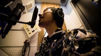 Masaki Kitakoga, 33 ans, chante tout seul dans une cabine de karaoké à Tokyo, le 26 septembre 2018 [Behrouz MEHRI / AFP]
