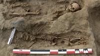 Deux squelettes d'enfants mis au jour sur le site archéologique de Pampa la Cruz, au Pérou, le 27 août 2019 [Programa Arqueologico Huanchaco / PROGRAMA ARQUEOLOGICO HUANCHACO/AFP]