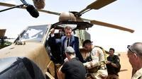 Le président français Emmanuel Macron (c) en visite auprès des forces de l'opération Barkhane, à Gao (Mali) le 19 mai 2017 [CHRISTOPHE PETIT TESSON / POOL/AFP/Archives]