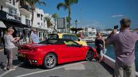 Des amateurs prennent une Ferrari en photo, le 21 novembre 2015 près de Marbella [Jorge Guerrero / AFP/Archives]