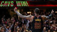 La star des Cavaliers LeBron James après avoir marqué le panier de la victoire face à Toronto lors du match 3 en play-offs, le 6 mai 2018 à Cleveland [Gregory Shamus / GETTY/AFP]