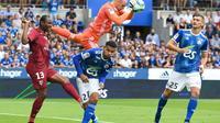 Le gardien de but strasbourgeois Mats Sels s'empare du ballon devant son coéquipier Kenny Lala (c) et le Messin Stoppila Sunzu (g), le 11 août 2019 à Strasbourg  [PATRICK HERTZOG / AFP]