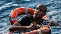 Un migrant est secouru avec des bouées et une corde après avoir plongé dans la Méditerranée au large des côtes de Malte depuis le navire de sauvetage Sea-Watch 3 battant pavillon néerlandais, afin de tenter de nager à terre,  le 4 janvier 2019 [FEDERICO SCOPPA / AFP]