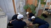 Photo diffuséele 11 juillet 2019 montrant l'ouverture de l'une des tombes de deux princesses inhumées au XIXe dans le cimetière teutonique du Vatican [Handout / VATICAN MEDIA/AFP]