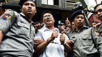 Le journaliste birman Wa Lone (c), escorté par des policiers, après sa condamnation à sept ans de prison, le 3 septembre 2018 à Rangoun [Ye Aung THU / AFP/Archives]