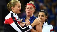 Kristina Mladenovic réconfortant Pauline Parmentier, après son match perdu face à Madison Keys, lors de la demi-finale perdue de Fed Cup, le 22 avril 2018 à Aix-en-Provence [Boris HORVAT / AFP]