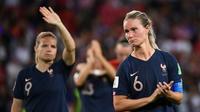 La capitaine des Bleues Amandine Henry quitte la pelouse du Parc des Princes après la défaite face aux Etats-Unis en quarts de finale du Mondial, le 28 juin 2019 [FRANCK FIFE / AFP]