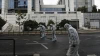 Des enquêteurs de la police grecque recherchent des indices après l'explosion d'un engin devant la cour de justice d'Athènes, le 22 décembre 2017 [ANGELOS TZORTZINIS / AFP]
