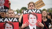 Des manifestantes devant le Capitole, à Washington, pour protester contre la nomination du juge Brett Kavanaugh à la Cour suprême, le 6 octobre 2018 [ROBERTO SCHMIDT / AFP]