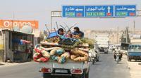 Une famille syrienne fuit Idleb, avant un possible assaut du régime syrien, le 6 septembre 2018 [Aaref WATAD / AFP]
