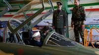 Photo distribuée par la présidence iranienne montrant le président Hassan Rohani dans le cockpit du premier avion de combat iranien, le 21 août 2018 à Téhéran [HO / Iranian Presidency/AFP]