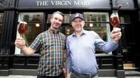 Les copropriétaires du pub sans alcool The Virgin Mary, Oisin Davis (g) et Vaughan Yates, le 16 mai 2019 à Dublin, en Irlande [PAUL FAITH / AFP]