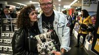 Mise en vente à minuit de l'album posthume de Johnny Hallyday à la FNAC des Champs-Elysées à Paris, le 19 octobre 2018 [Christophe ARCHAMBAULT / AFP]