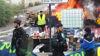"""Des barricades érigées par des """"gilets jaunes"""" à Port-La-Nouvelle, dans l'Aude, le 20 novembre 2018  [RAYMOND ROIG / AFP]"""