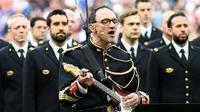 Jean-Michel Mekil, un gendarme de la Garde républicaine, chante et joue la chanson Don't Look Back in Anger d'Oasis au Stade de France à la mémoire des victimes des attentats en Grande-Bretagne, avant le match France-Angleterre le 13 juin 2017 [FRANCK FIFE / AFP/Archives]