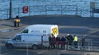 Un corps est transporté récupéré dans l'avion échoué qui transportait le footballeur argentin Emiliano Sala, le 7 février 2019 à Weymouth (Angleterre)      [Glyn KIRK                   / AFP]