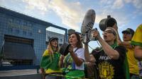 Des opposants à l'ex-président Lula manifestent le 7 avril 2018 devant le siège de la police fédérale à Curitiba (sud), où est désormais incarcérée l'icône de la gauche brésilienne.  [MAURO PIMENTEL / AFP]