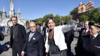 Le ministre de l'Intérieur Bernard Cazeneuve (c) entouré de l'évêque de Tarbes et de Lourdes Nicolas Brouwet (g), et de la maire de Lourdes Josette Bourdou (d), lors de sa visite à Lourdes, le 13 août 2016 [PASCAL PAVANI / AFP]