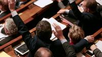 Des députés français votent à main levée des amendements à la constitution à l'Assemblée nationale française à Paris, le 9 février 2016 [JACQUES DEMARTHON / AFP]