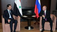 Le président russe Vladimir Poutine et son homologue syrien Bachar al-Assad lors de leur entrevue à Sotchi, dans le sud de la Russie, le 17 mai 2018 [Mikhail KLIMENTYEV / SPUTNIK/AFP]
