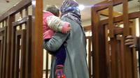 Mélina Bougedir, une jihadiste française arrive dans un tribunal de Bagdad, son fils dans les bras, le 19 février 2018 [STRINGER / AFP]