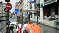 La tente d'une personne sans domicile, sur la place de Clichy, à Paris, le 29 décembre 2017. [STEPHANE DE SAKUTIN / AFP]