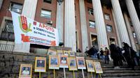 Des victimes d'abus sexuels et leurs proches manifestent avant le procès des deux prêtres et du jardinier, le 5 août 2019 à Mendoza, dans l'ouest de l'Argentine  [Andres Larrovere / AFP]