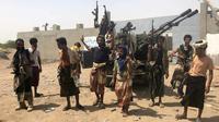 Des combattants des forces yéménites pro-gouvernementales lors d'une offensive contre les rebelles houthis près de l'aéroport de Hodeida, le 18 juin 2018 [NABIL HASSAN / AFP]