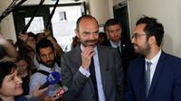 Le Premier ministre Edouard Philippe (c) parle à la presse aux côtés du secrétaire d'Etat Mounir Mahjoubi, candidat aux législatives à Paris, le 26 mai 2017 à Paris [Thomas SAMSON / AFP]
