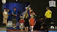 Lleyton Lleyton Heiwtt (c) entouré de membres de sa famille après son dernier mach sur circuit perdu contre David Ferrer à l'Open d'Australie, le 21 janvier 2016 à Melbourne [PAUL CROCK / AFP]