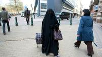 Une femme vêtue d'un niqab, dans les rues de Bruxelles, le 27 avril 2010 [JULIEN WARNAND / BELGA/AFP/Archives]