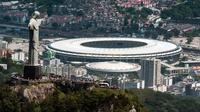 Vue aérienne de la statue du Christ Rédempteur, qui domine la ville de Rio, et du stade Maracana, l'une des douze enceintes de la Coupe du monde de football, le 3 décembre 2013    [Yasuyoshi Chiba / AFP]