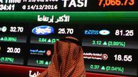 Un Saoudien observe l'indice Tadawul All-Shares Index (Tasi) à Ryad, le 14 décembre 2016. [FAYEZ NURELDINE / AFP/Archives]