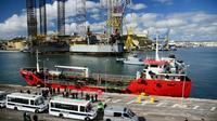 Des véhicules de police sur le quai du port de La Valette où est amarré le pétrolier ravitailleur Elhiblu 1, le 28 mars 2019 à Malte [Matthew MIRABELLI / AFP]