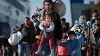 Des milliers de migrants et de réfugiés débarquent au port du Pirée, à Athènes, le 1er février 2016, en provenance des îles de Lesbos et Chios [LOUISA GOULIAMAKI / AFP/Archives]