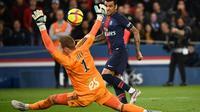 Le défenseur brésilien du PSG Dani Alves (d) face au gardien strasbourgeois Matz Sels, le 7 avril 2019 au Parc des Princes   [FRANCK FIFE / AFP]