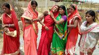 Des proches en deuil après le viol et le meurtre d'une jeune fille de 16 ans à Chatra, dans l'est de l'Inde, le 5 mai 2018 [- / AFP]