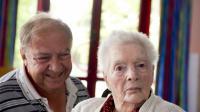 La doyenne des Français Olympe Amaury et son fils Claude à Amilly, près de Montargis, le 17 juillet 2013 [Alain Jocard / AFP]