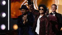 Bruno Mars reçoit le Grammy pour l'album de l'année le 28 janvier à New York [Timothy A. CLARY   / AFP]