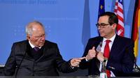Le ministre allemand des Finances Wolfgang Schaeuble et le  Secrétaire américain au Trésor Steven Mnuchin lors d'une conférence de presse le 16 mars 2017 à Berlin [John MACDOUGALL / AFP]