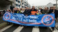 """Des calaisiens défilent pour """"soutenir les emplois"""", le 24 janvier 2016 [DENIS CHARLET / AFP]"""