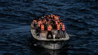 Des réfugiés et des migrants arrivent sur l'île grecque de Lesbos après avoir traversé la mer Egée depuis la Turquie, le 26 octobre 2015 [ARIS MESSINIS / AFP/Archives]