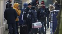 Des personnes portant des bagages quittent l'ambassade de Russie à Londres, le 20 mars 2018 [Daniel LEAL-OLIVAS / AFP]