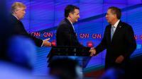 Donald Trump (g), le sénateur du Texas Ted Cruz (c), et le gouverneur de l'Ohio, John Kasich, se serrent la main après un débat sur la chaîne CNN, à Miami, en Floride, le 10 mars 2016 [RHONA WISE                       / AFP/Archives]