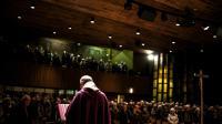 Le père Eric de Nattes lors d'une messe à l'église Saint-Luc de Sainte-Foy-lès-Lyon pour rendre hommage aux victimes d'abus sexuels, le 7 novembre 2016 [JEFF PACHOUD / AFP]